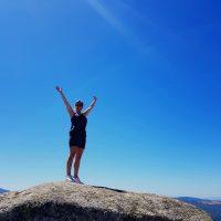 blij op een berg